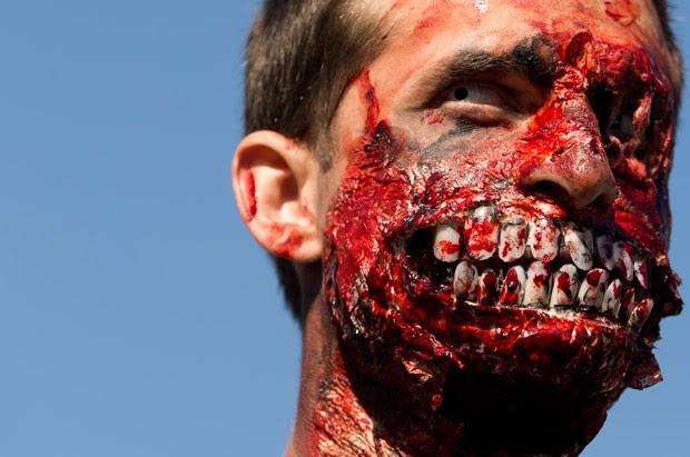 Participantes exibiram maquiagem incrível em caminhada de 'zumbis' (Foto: Kenzo TRibouillard/AFP)