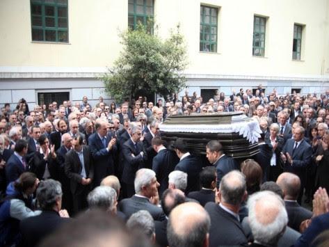Κηδεύτηκε ο Γιάννης Αγγέλου - Συντετριμμένος ο Κώστας Καραμανλής εκφώνησε τον επικήδειο (ΦΩΤΟ)