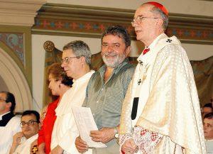Numa Missa, em 1º de maio de 2003,  Lula da Silva ladeado pelo Cardeal arcebispo  de São Paulo, Dom Cláudio Hummes e por Frei Betto