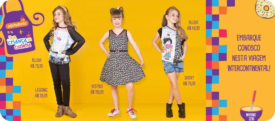sobre fundo amarelo, 3 adolescentes uma com calca e blusa, outra de vestido e outra de blusa e short. a do meio tem sindrome de down.