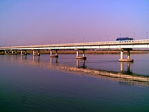English: The Jehlum River Bridge at Jehlum fro...
