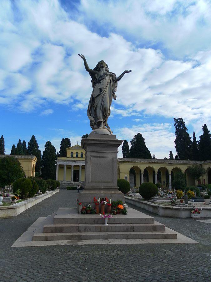 File:Roma cimitero Verano Quadriportico Cristo.jpg