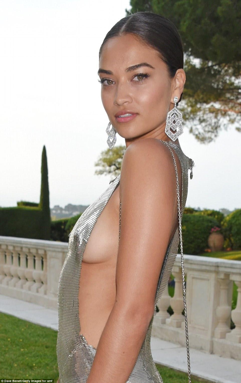 Oh meu!  Shanina deixou quase nada à imaginação em seu vestido de prata que caracterizou bordas irregulares