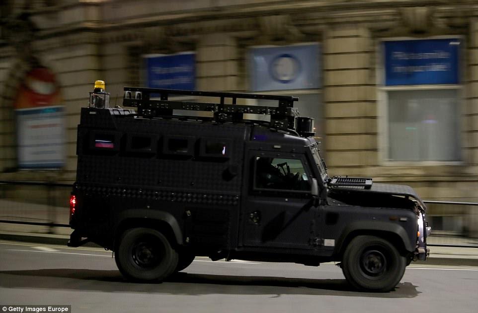 """""""Este não parece ter sido um ataque cuidadosamente planejado envolvendo vários atores, uma extensa vigilância do alvo ou materiais exóticos"""", disse um funcionário americano.  Foto: Um veículo policial blindado patrulhando perto de Manchester Arena"""
