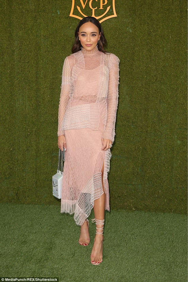 Que aspecto incrível: Ashley Madekwe cortou uma figura elegante em seu vestido rosa e branco com uma embreagem Chanel