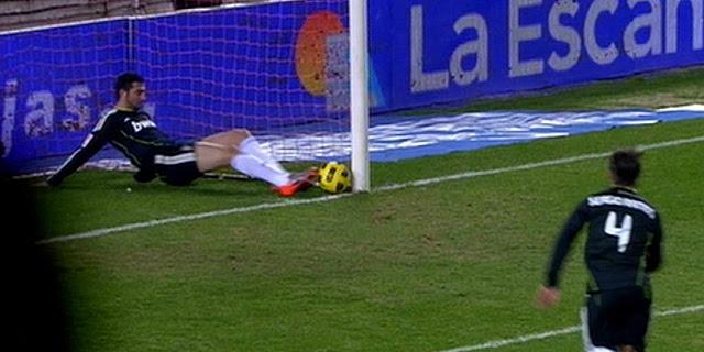 Momento en que Albiol saca la pelota justo en la línea de gol. (Imagen: Canal +)