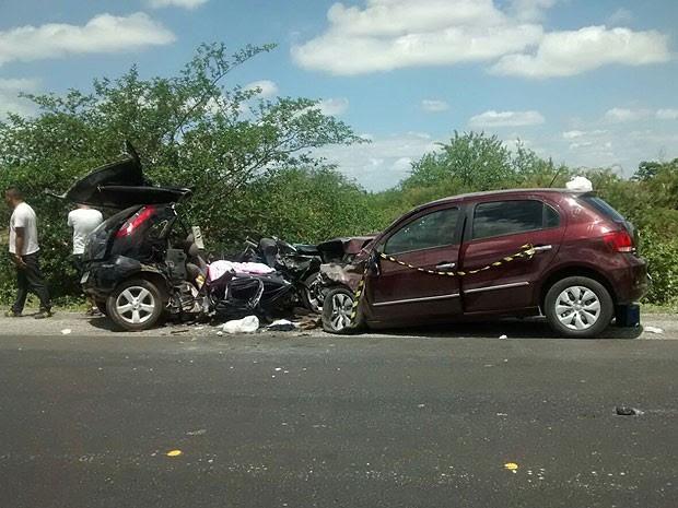 Carro fica destruído após batida frontal, na região de Juazeiro, no oeste da Bahia. (Foto: Priscila Guedes/ TV Norte)