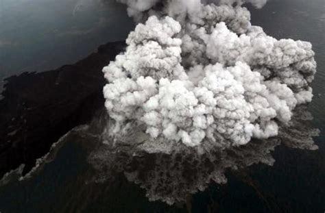 abu vulkanik letusan gunung anak krakatau berbahaya