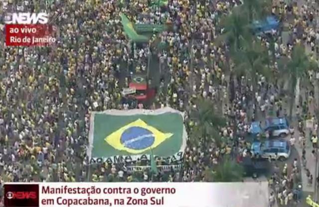 Mais de 10 mil marcham contra o governo de Dilma na orla de Copacabana Reprodução/Globo News