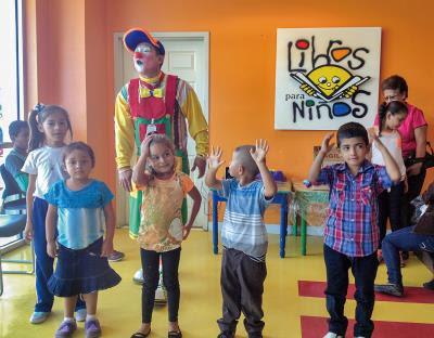 看見小丑醫生到來,尼加拉瓜兒童燒燙救護協會的小朋友, 開心的高舉雙手歡呼。(李欣庭提供)