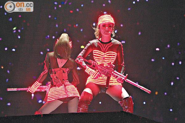 Twins換上超短裙熱舞,擘髀毫無難度。