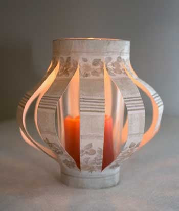 E aqui está nosso castiçal de vidro reciclado, decorado com papel estampado