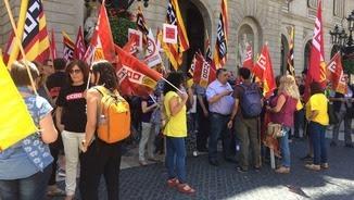 Un centenar de delegats sindicals a la plaça Sant Jaume protesten contra les retallades d'ensenyament