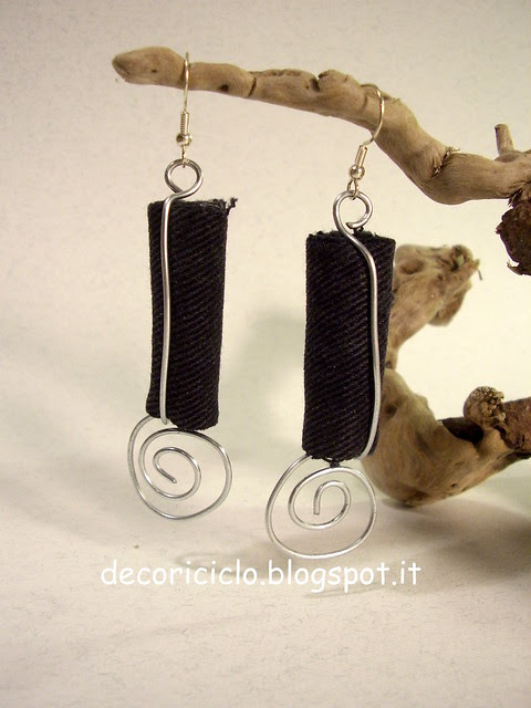 orecchini di jeans nero e filo di ferro