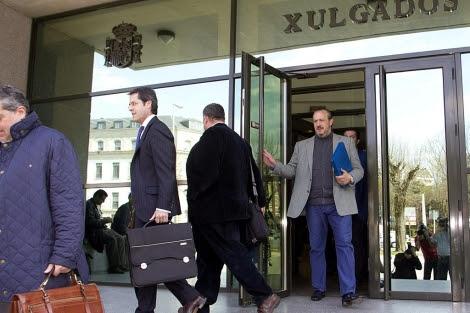 El empresario lucense (derecha), saliendo del juzgado de Lugo este martes.   Efe
