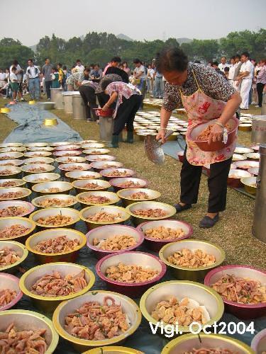 1746466-Villagers_distributing_Poon_Choi-Sheung_Shui