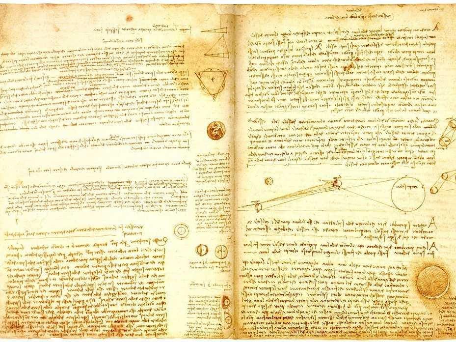 Bao gồm trong nhiều phòng biệt thự của ông là một thư viện có mái vòm khổng lồ chứa đầy sách. Gates là một ham đọc sách, và ông báo cáo đã thuê một đại lý hiếm sách dự trữ thư viện của mình cho anh ta. Trong số tài sản của ông là Leonardo da 'Codex Leicester,' một bản thảo thế kỷ 15 mà Gates đã mua đấu giá 30.800.000 $ vào năm 1994 của Vinci.