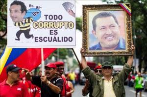 Un grupo de venezolanos adeptos al Gobierno se manifiesta en una avenida de Caracas, en contra del líder de la oposición, Henrique Capriles el 3 de agosto de 2013. EFE