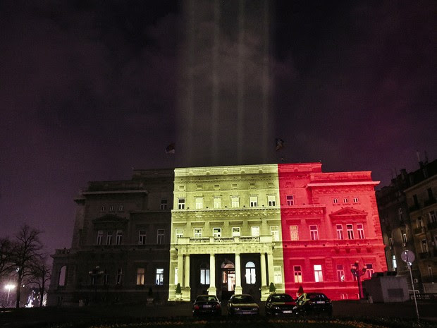 Um prédio público em Belgrado foi iluminado com as cores da bandeira da Bélgica em homenagem às vítimas dos ataques de Bruxelas (Foto:  Oksana Toskic / AFP)