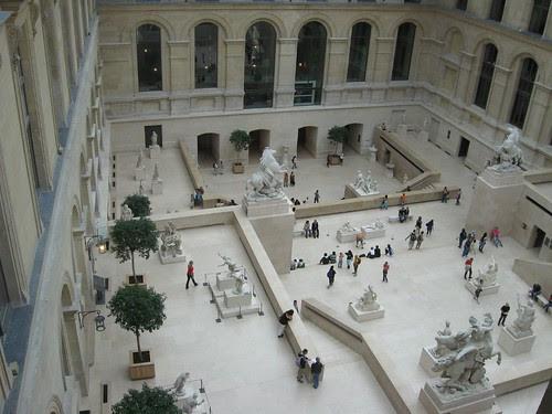 Sala con esculturas del museo del Louvre
