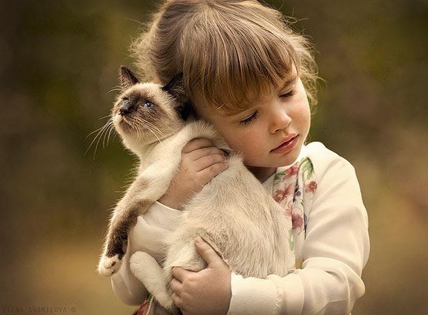 ภาพถ่ายเด็กกอดแมว