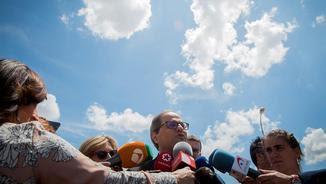 Torra, atenent els mitjans de comunicació aquest dilluns, a la sortida de la presó d'Alcalá-Meco (EFE)
