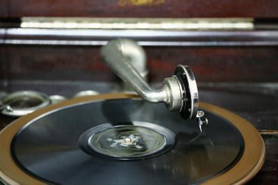 江明赫收集了許多與戲院相關的老物件,如8釐米膠捲、78轉蟲膠唱片,讓老影迷懷念,新觀眾好奇。