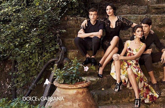 Yummy Mummy: A sirene tela sexy (segundo da esquerda) tem dois filhos de seu próprio com o ator francês Vincent Cassel