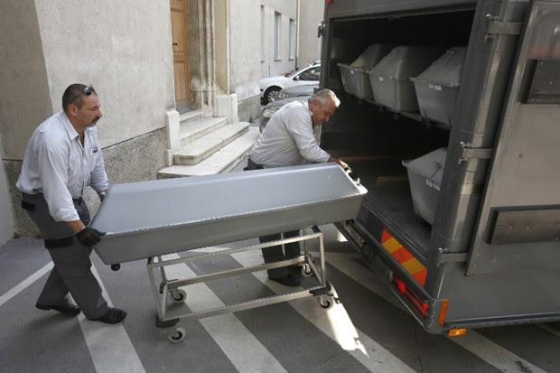 Primeiros dos corpos dos migrantes que foram encontrados em um caminhão frigorífico, no leste da Áustria, chegam a Viena (Foto: Dieter Nagl /AFP)