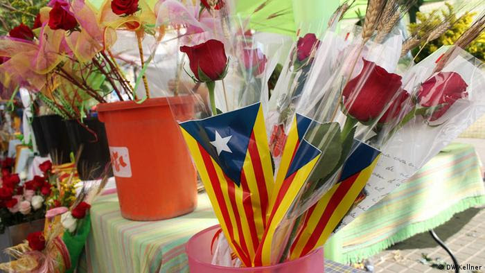 Roses in Catalonian flag wrapper (Photo: Hans-Günter Kellner / DW)