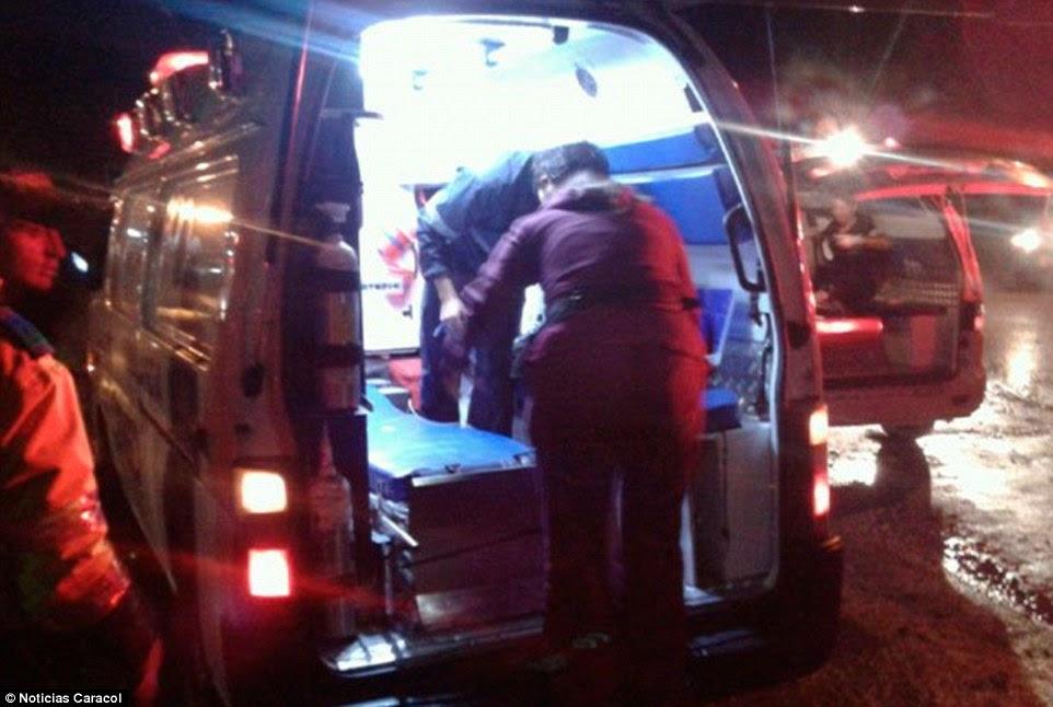 Um prefeito local na Colômbia, diz que pelo menos três passageiros foram resgatados com vida do local do acidente depois de um avião que transportava a seleção brasileira de futebol caiu perto Medellin