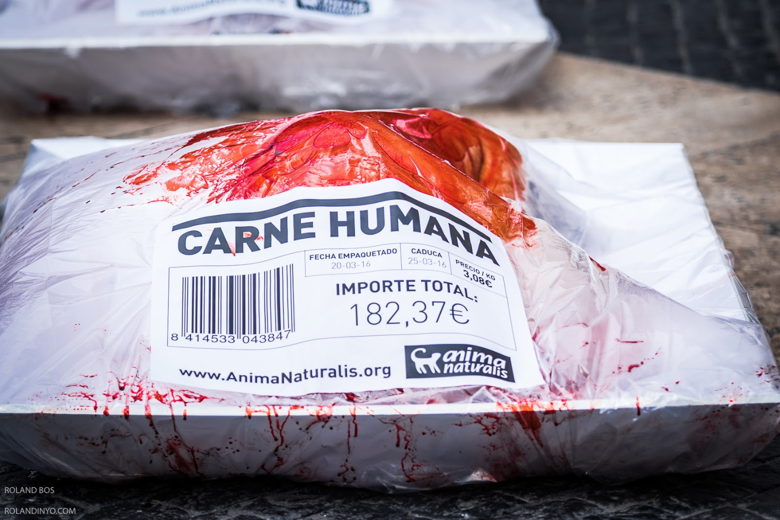 Desnudos en bandejas de carne contra el consumo de animales