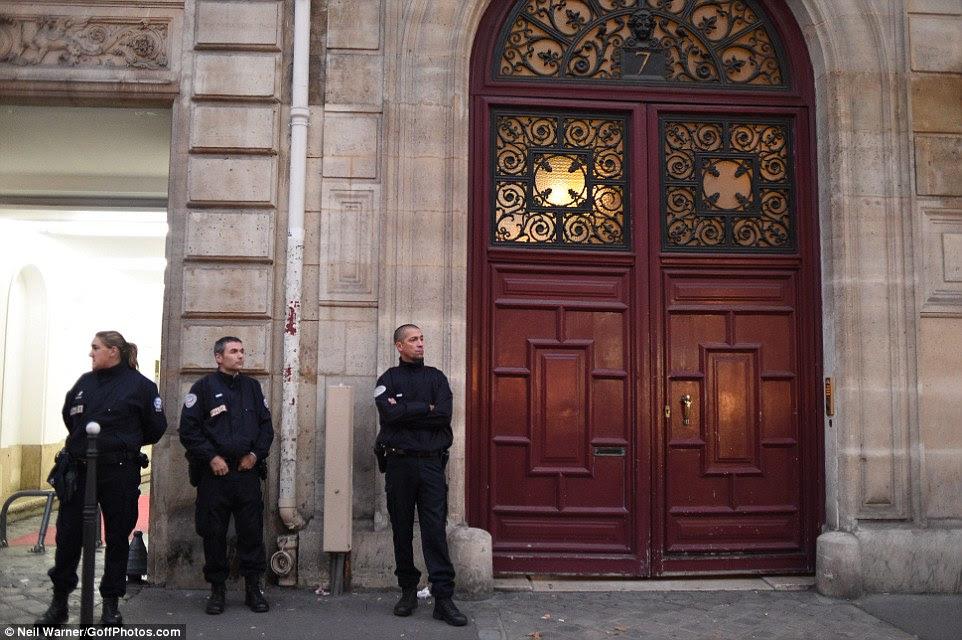 A polícia de guarda do lado de fora do apartamento de Paris foram Kim foi roubado nas primeiras horas da manhã de segunda