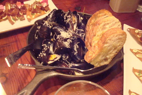 Mussels, steamed mussels, white wine, garlic, shallots, grilled bread