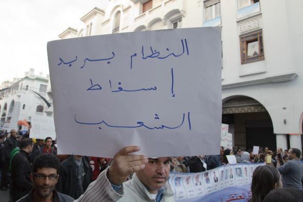 Manifestação do M20F em Rabat, realizada a 21 de fevereiro de 2012, celebrando o seu primeiro aniversário. No cartaz lê-se 'O regime quer a queda do povo'. Fotografia de Hugo Maia.