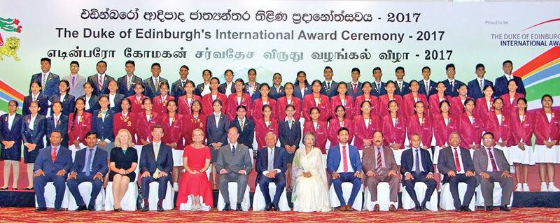Prince Edward, the Earl of Wessex with the Countess, Prime Minister Ranil Wickremesinghe and Prof.Maithree Wickramasinghe and National Youth Services Council Chairman Eranda Weliange and the recipients of the Duke of Edinburgh's International Award at Temple Trees yesterday. Pictures by Sulochana Gamage