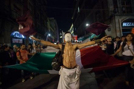 DF. Miles marchan en repudio al gobierno por caso Ayotzinapa. Foto: Octavio Gómez