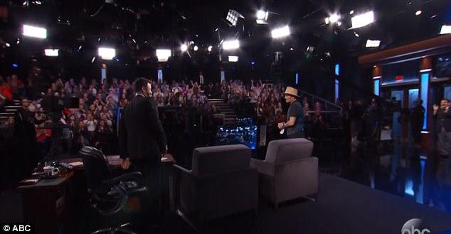 Fã favorito: O público do estúdio deu Johnny uma ovação de pé em sua entrada