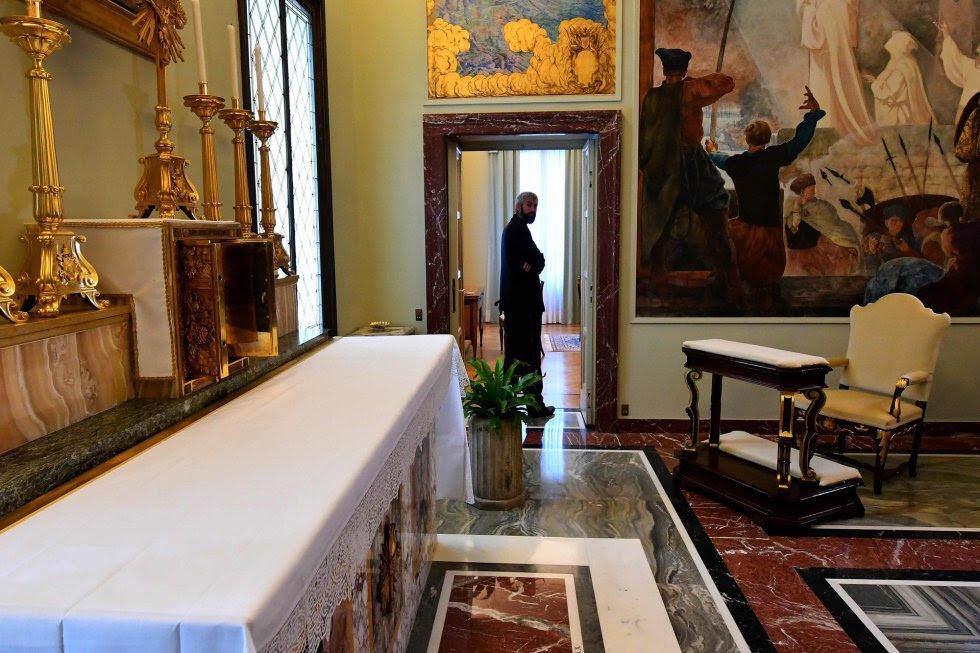 El papa Francisco no ha utilizado nunca el palacio del Castel Gandolfo, por ello tomó la decisión hace dos años de abrir algunos de sus espacios públicos, pero desde mañana se podrá acceder incluso a las habitaciones más privadas, las del apartamento papal. En la imagen, la capilla del palacio.