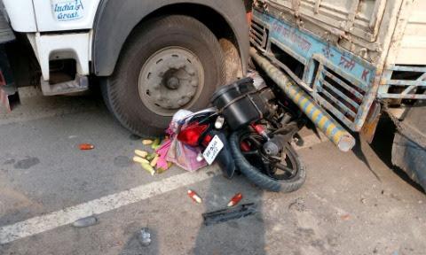 सड़क पर बहता रहा खून, तड़पता रहा घायल ...और लोग लूटते रहे पेट्रोल