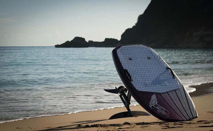 Ηλεκτρική σανίδα του surf που σε κάνει να πετάς πάνω από το νερό (6)