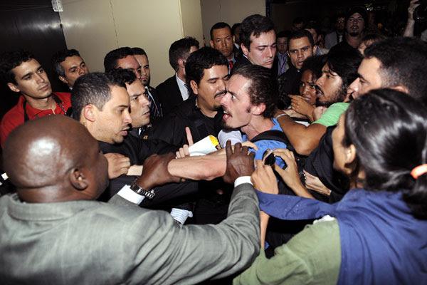 Manifestantes foram retirados por seguranças da sala onde acontecia a reunião