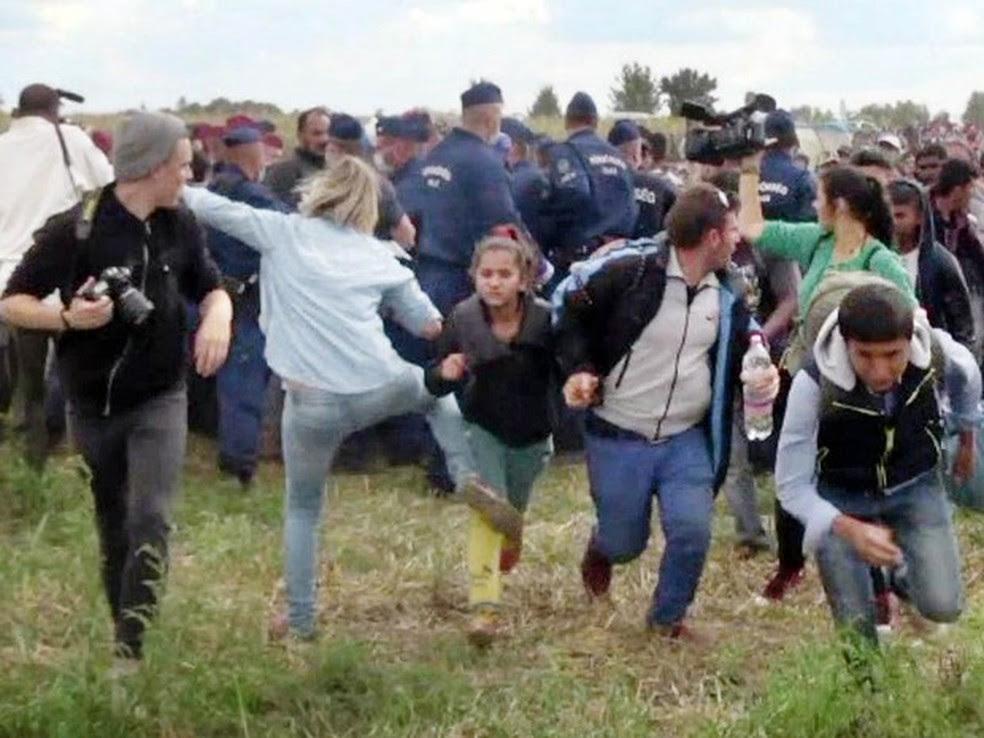 Imagens de como a Hungria tratou os refugiados em 2015, como a de uma jornalista húngara que fez uma garota refugiada tropeçar durante uma confusão perto da fronteira, chocaram o mundo (Foto: AFP/Index.hu)