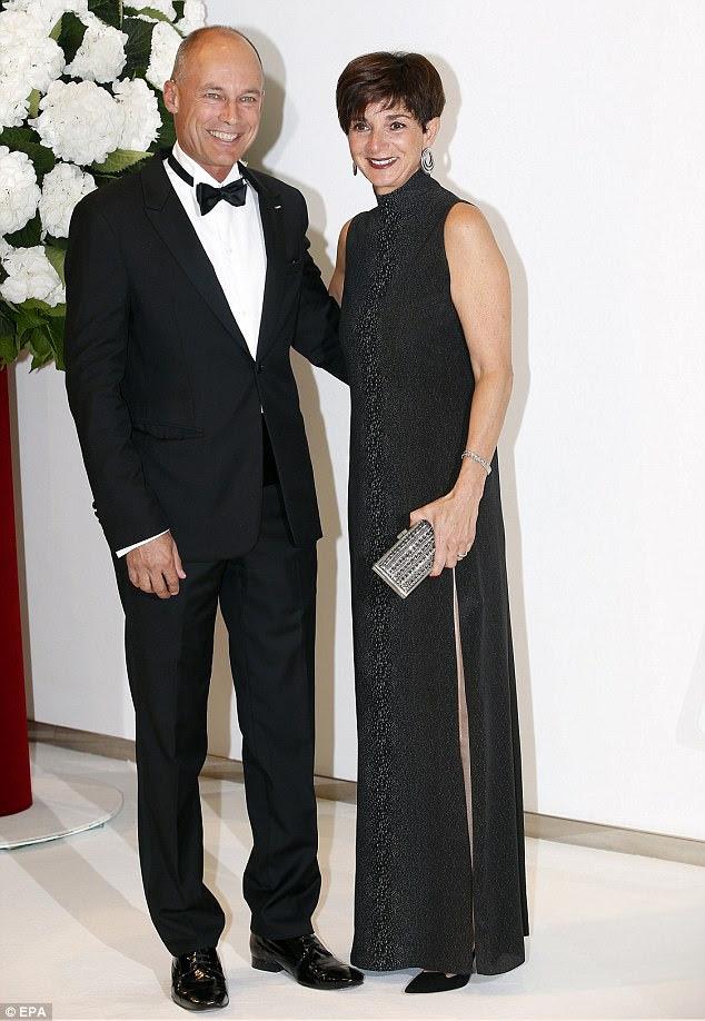 Chique: o piloto Bertrand Piccard chega com sua esposa Michele na gala