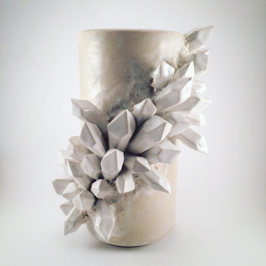 Je crée des pièces en céramique avec des cristaux géants sculptés Growing Out Of Them