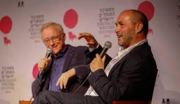 El escritor israelí David Grossman (izquierda) y Colum McCann, en el V Festival de Escritores de Jerusalén en 2016.