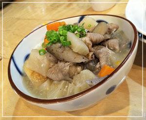 船橋「美酒美燗 煮りん」にて。柚子胡椒添えていただく塩もつ煮込みが、良い感じ!