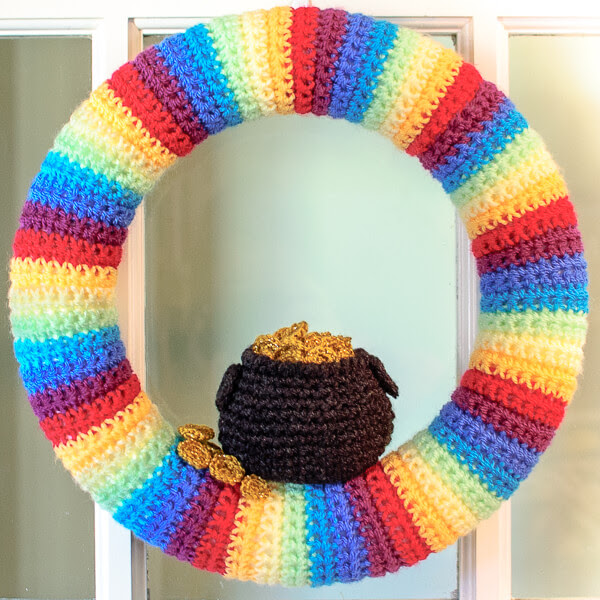 http://www.petalstopicots.com/2014/02/st-patricks-day-pot-gold-wreath-crochet-pattern/#_a5y_p=1399199