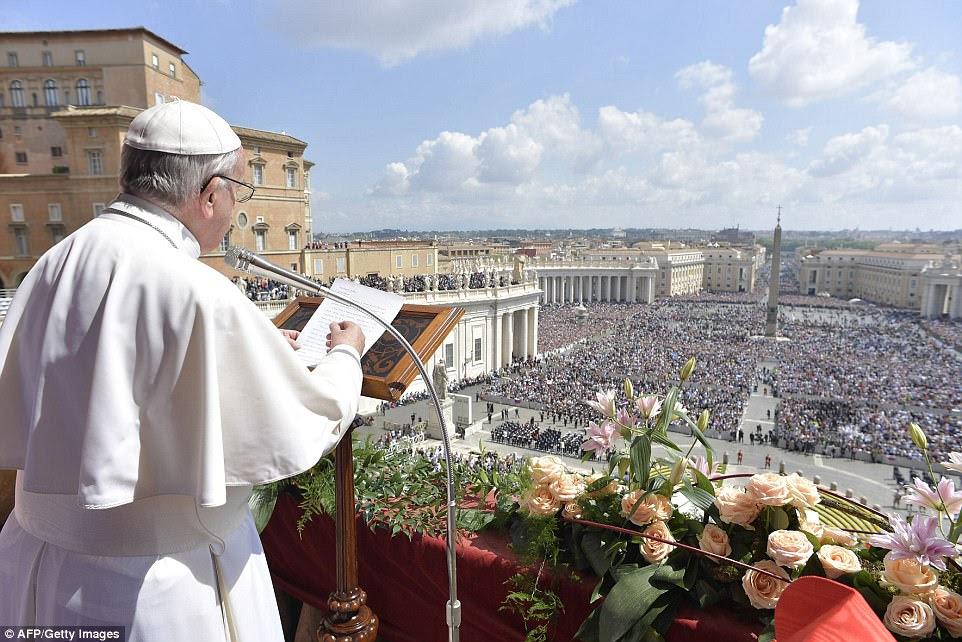 """Papa Francis durante a bênção """"Urbi et Orbi"""" para Roma"""