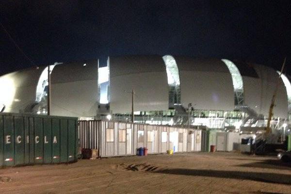 Ontem à noite, a Arena das Dunas já estava parcialmente iluminada e realizava testes de som